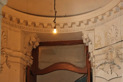 Vul. Hnatiuka, 8. Neo-Baroque interior plasterwork