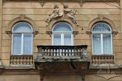 Vul. Hnatiuka, 8. 3rd floor windows and balcony in the center of the principal facade