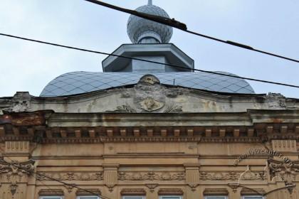 Vul. Hnatiuka, 8. The top of the principal facade, also a fleche is seen