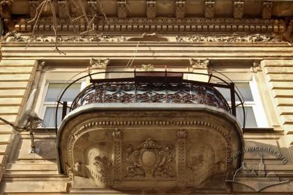 Вул. Листопадового чину, 26. Вид на балкон 3-го поверху в стилі необароко