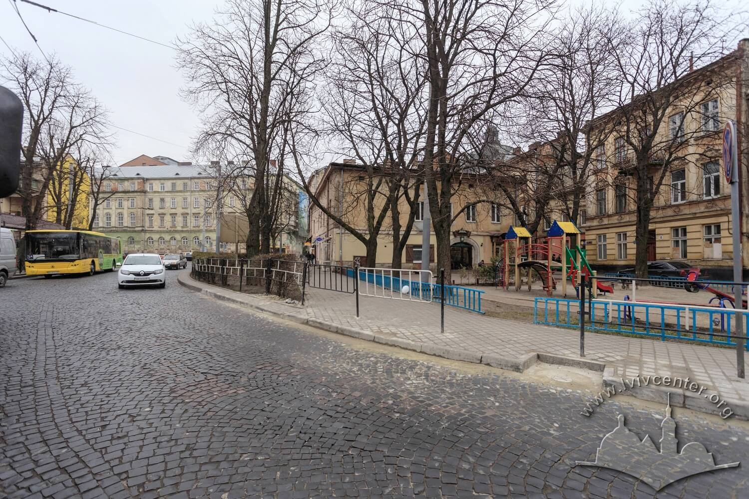 Pl. Rizni as seen from northwestern side. On this square, the city slaughterhouse stood until mid-19th century. On the background on the left is the Zankovetska theater/Photo courtesy of Nazarii Parkhomyk, 2015