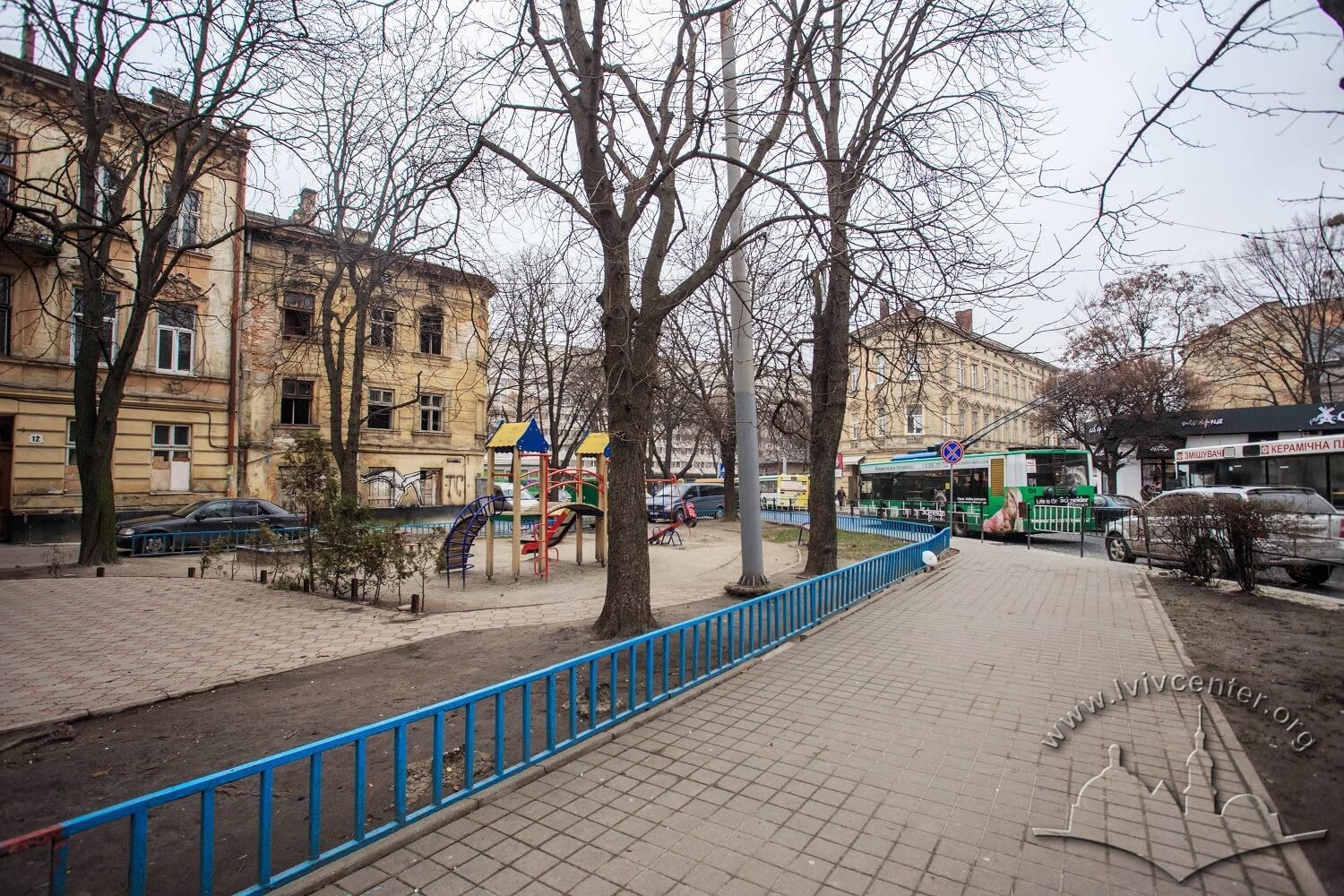 Pl. Rizni. On this square, the city slaughterhouse stood until mid-19th century. On the left – former Gęsia/Goose str. (now vul. Staromiska), behind the trees on the background – the Lviv Hotel on prosp. Chornovola/Photo courtesy of Nazarii Parkhomyk, 2015