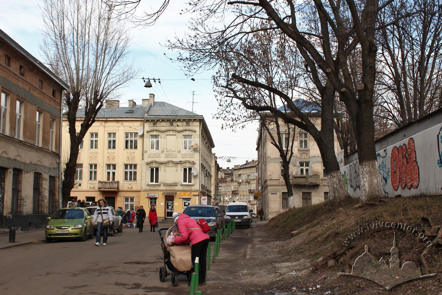 Vul. Stara. On the right – plot where the Great Suburban Synagogue used to stand, today it is occupied by Dobrobut market/Photo courtesy of Olha Zarechnyuk, 2016