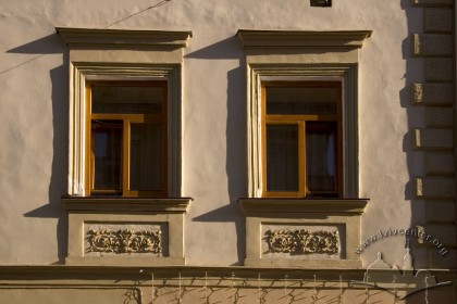 Вул. Староєврейська, 10. Вікна 2-го пов.