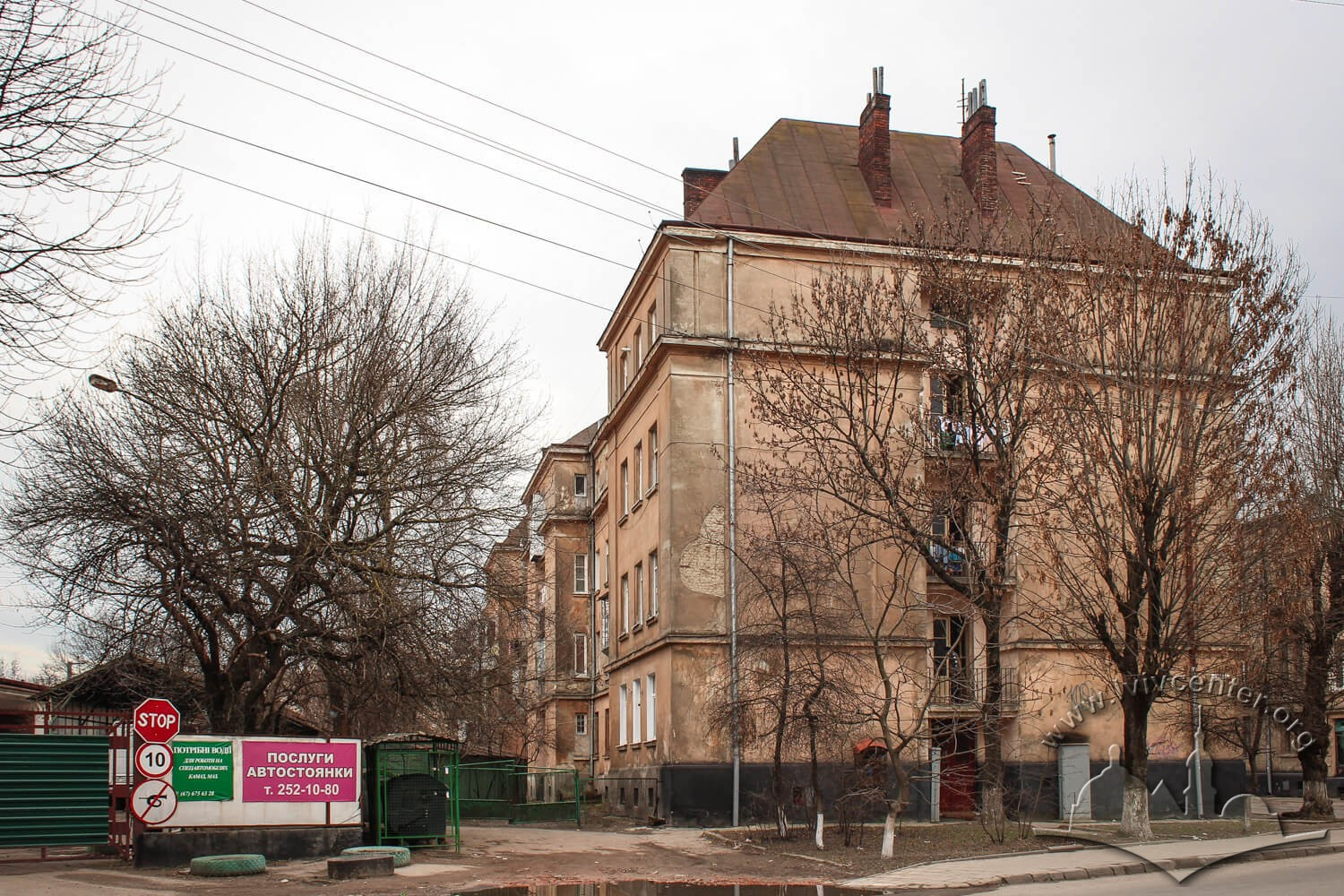 Vul. Donetska, 1. The apartment house, on its left – the entrance gate to the former City cleaning plant territory/Photo courtesy of Olha Zarechnyuk, 2016