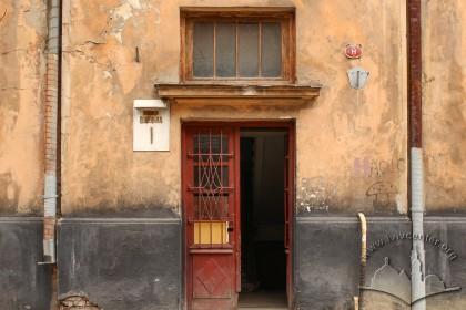 Вул. Донецька, 1. Один із трьох входів – на головному фасаді