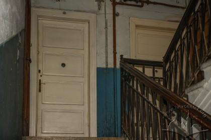 Вул. Донецька, 1. Автентичні двері до квартир