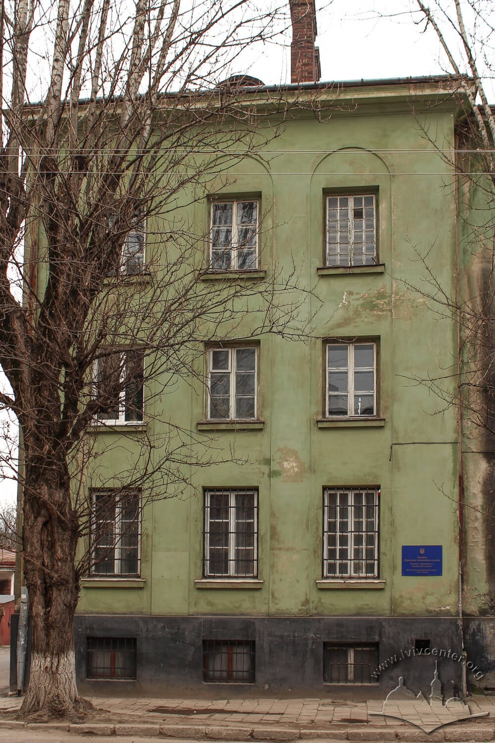 Vul. Donetska, 3. Side avant-corps on the main facade of the building. A plaque tells that the State Miration Service's offices are located here/Photo courtesy of Olha Zarechnyuk, 2016