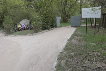 Вхід з вулиці Омеляна Ковча до одного з урочищ, де відбувалися масові розстріли євреїв. Поряд встановлено меморіальний камінь.
