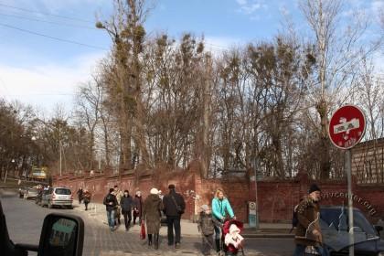 Огорожа зруйнованого єврейського цвинтаря, вид з перехрестя вулиць Раппапорта і Клепарівської