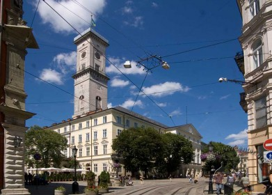 Пл. Ринок, 1. Вигляд ратуші з початку вулиць Галицької і Беринди