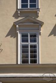 Пл. Ринок, 1. Вікно ІІ-го поверху ратушіз типовою класицизму столяркою, профільованим обрамленням та сандриком на кронштейнах