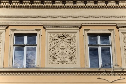 Вул. Університетська, 1. Ліпний неоренесансний декор між вікнами 3-го поверху