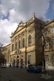Vul. Kniazia Romana, 1. The building's central avant-corps with the main entrance