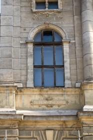 Вул. Князя Романа, 1. Одне з вікон 2-го поверху