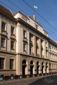 Вул. Словацького, 1. Центральна частина чільного фасаду з головним входом