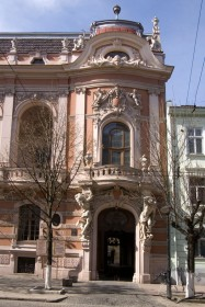 Vul. Lystopadovoho Chynu, 6. A lateral part of the facade