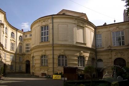 Vul. Lystopadovoho Chynu, 6. The building's rear wing
