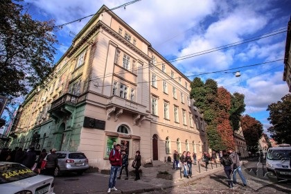 Vul. Lesi Ukrainky, 1. The building's southwestern corner (a view from the intersection of prosp. Svobody and vul. Lesi Ukrainky