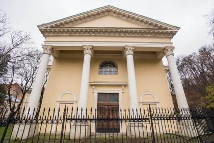 Вул. Стефаника, 2. Західний фасад каплиці з класицистичним портиком