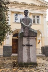 Вул. Стефаника, 2. Пам'ятник Василю Стефанику, відкритий 1971 р.