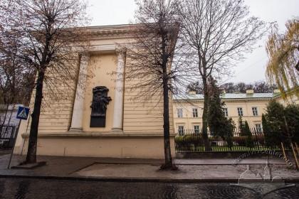 """Вул. Стефаника, 2. Ліве (східне) крило будинку. На його торці розміщений рельєф присвячений засновникам """"Руської Трійці"""", відкрита у 1987 р."""