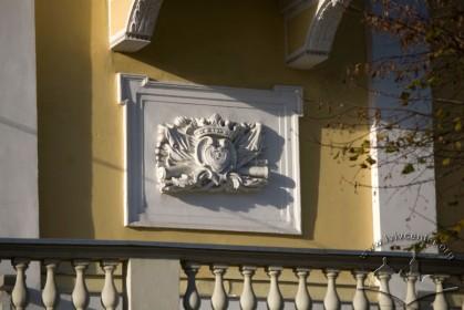 Вул. Бібліотечна, 2. Картуш з гербом на південно-східному фасаді