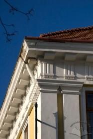 Вул. Бібліотечна, 2. Фрагмент фасаду з антаблементом доричного ордеру