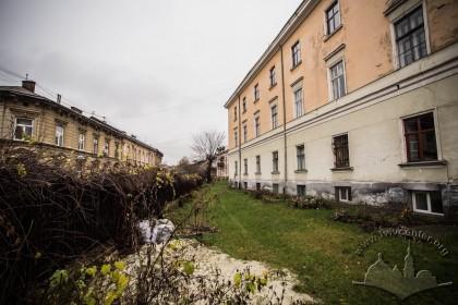 Вул. Грушевського, 4. Озеленення перед будинком, зліва помітна житлова забудова вул. Грушевського