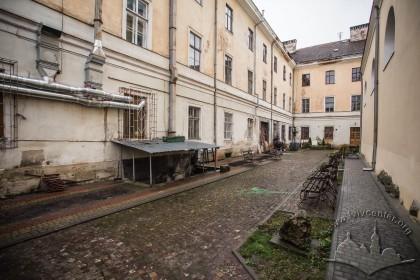 Вул. Грушевського, 4. Простір між будинком колишнього монастиря (тепер навчального корпусу) і костелу (тепер церкви).