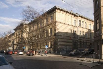 Вул. Князя Романа, 5. Загальний вигляд будинку з південного боку.