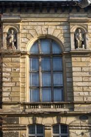 Вул. Князя Романа, 5. Фрагмент фасаду ризаліту