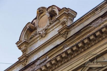 Вул. Кирила і Мефодія, 8. Аттик на центральній осі фасаду