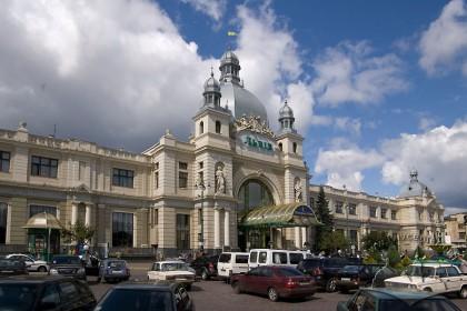 Pl. Dvirtseva, 1. The train station principal facade