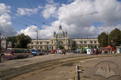 Pl. Dvirtseva, 1. An overall view of the train station from the south