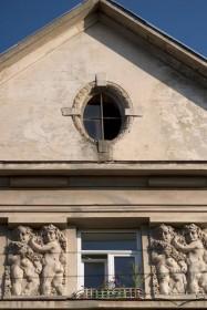 Вул. Котляревського, 67. Фрагмент фронтону і скульптурного фризу з путті