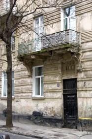 Вул. Богуна, 5. Фрагмент головного фасаду з порталом