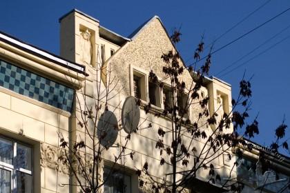 Вул. Богуна, 7. Аттик над центральною частиною фасаду