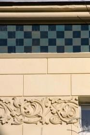 Вул. Богуна, 7. Завершення фасаду з фризом з керамічних плиток