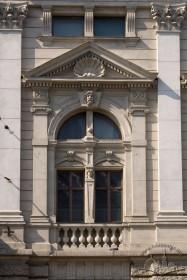 Просп. Свободи, 28. Бічний фасад. Вікна ІІ-го і ІІІ-го пов. композиційно об'єднані спільним обрамленням із трикутним сандриком.