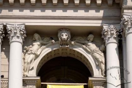 Просп. Свободи, 28. Фрагмент скульптурного декору головного фасаду