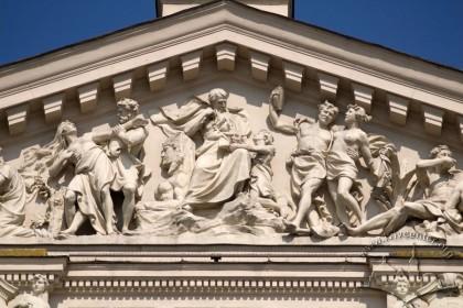 """Просп. Свободи, 28. Скульптурна група """"Радощі та страждання життя"""" у тимпані фронтону на головному фасаді (автор — ск. А. Попель)"""