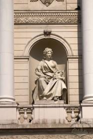 Просп. Свободи, 28. Скульптура Комедії у ніші головного фасаду