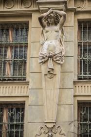 Вул. Грушевського, 5. Жіноча герма що підтримує карниз між 3-мі і 4-им поверхами