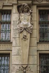 Вул. Грушевського, 5. Чоловіча герма що підтримує карниз між 3-мі і 4-им поверхами