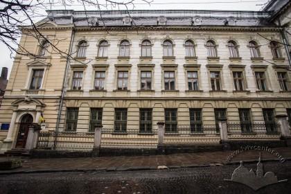 Вул. Грушевського, 5. Ліва частина головного фасаду, що відступає вглиб ділянки, з лівого її краю – головний вхід