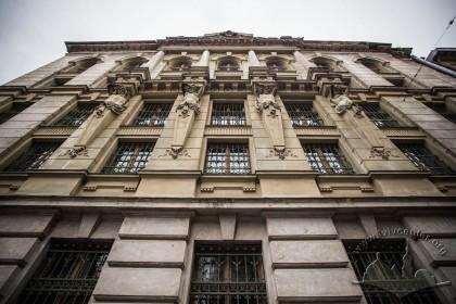 Вул. Грушевського, 5. Деталь правої частини головного фасаду що є багатше декорованою