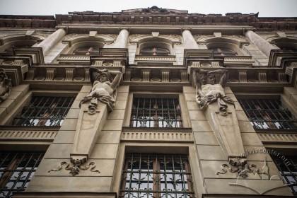 Вул. Грушевського, 5. Деталі правої частини головного фасаду із гермами на передньому плані