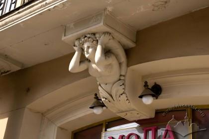 Просп. Свободи, 1-3. Замковий камінь — балконна консоль (І-ий пов.)