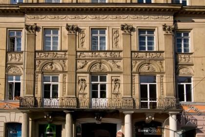 Просп. Свободи, 1-3. Центральний пристінок будинку — найбільш декорована частина фасаду